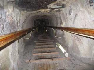 гранитный волновод от смесителя пирамиды хеопса очень   сильно пострадал от грабителей