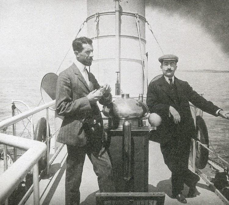 Sobre el puente mando. Foto Estereo. 1.908. Biblioteca Fundació Bertomeu March. Revista Estudis Balearics. 88-89.jpg