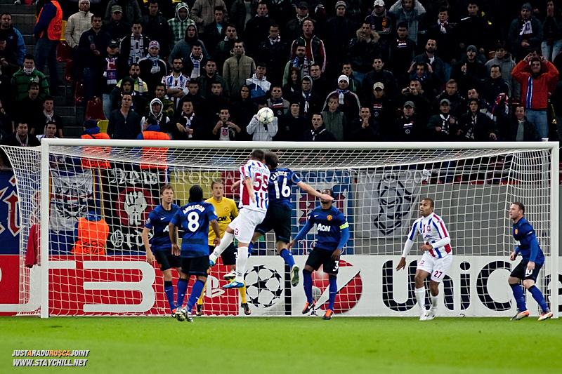 Milan Perendija (55) trimite un balon cu capul spre poarta de langa Michael Carrick (16) in timpul meciului dintre FC Otelul Galati si Manchester United din cadrul UEFA Champions League disputat marti, 18 octombrie 2011 pe Arena Nationala din Bucuresti.