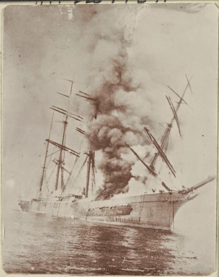 La RELIANCE en llamas en Iquíque. 1.907. Foto de la State Library of Victoria.jpg