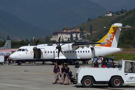 232. avion Druk Air pe aeroportul Paro.JPG