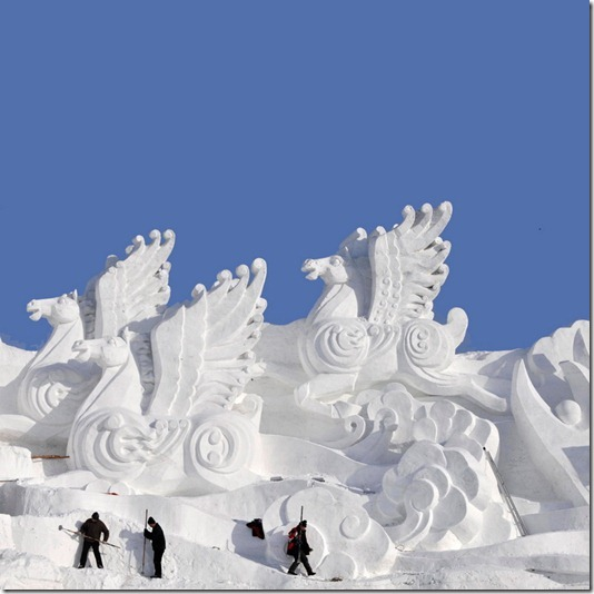 Workers shape snow sculptures prior to the Harbin International Ice and Snow Festival in Harbin, Heilongjiang province December 18, 2009. The 26th Ice and Snow Festival will kick off on January 5, 2010, local media reported. REUTERS/Sheng Li (CHINA - Tags: SOCIETY)