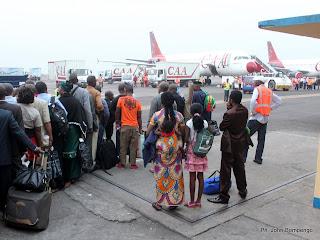 Quelques passagers ce 29/06/2011 à l'aéroport international  de Ndjili à Kinshasa  pour embarquement vers Lubumbashi à bord d'un Airbus A320 de la CAA. Radio Okapi/ Ph. John Bompengo