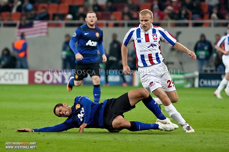 Gabriel Giurgiu (stanga) il deposedeaza prin fault pe Javier Hernandez in timpul meciului dintre FC Otelul Galati si Manchester United din cadrul UEFA Champions League disputat marti, 18 octombrie 2011 pe Arena Nationala din Bucuresti.