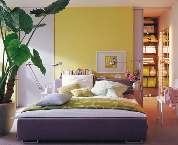 Quarto com parede amarela