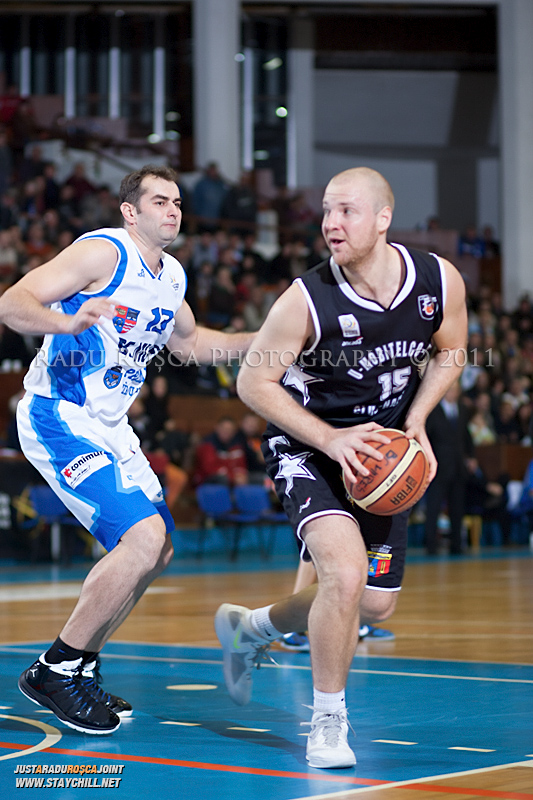 Mihai Silvasan este aparat de Flavius Lapuste in timpul  partidei dintre BC Mures Tirgu Mures si U Mobitelco Cluj-Napoca din cadrul etapei a sasea la baschet masculin, disputat in data de 3 noiembrie 2011 in Sala Sporturilor din Tirgu Mures.