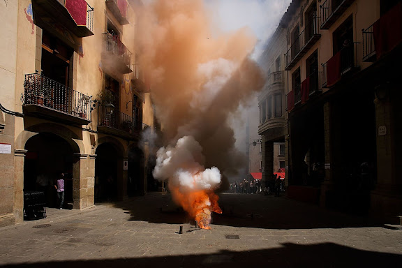 La Tronada, traca executada pels trabucaires que té lloc en acabar els ballets a la plaça. Festa major de Solsona. Solsona, Solsonès, Lleida