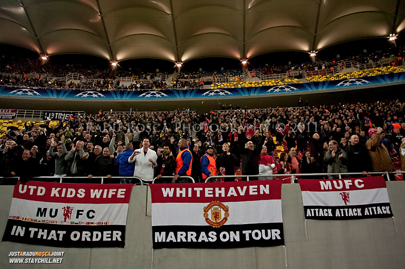 Suporterii britanici sarbatoresc deschiderea scorului de catre Wayne Rooney in timpul meciului dintre FC Otelul Galati si Manchester United din cadrul UEFA Champions League disputat marti, 18 octombrie 2011 pe Arena Nationala din Bucuresti.