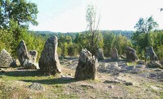 кромлехи это набор из менгиров, вкопанных в землю камней, составляющие один комплекс