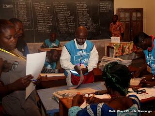 Dépouillement des bulletins de vote pour des candidats aux élections de 2011 en RDC, en présence des temoins le 28/11/2011 à Kinshasa. Radio Okapi/ Ph. John Bompengo