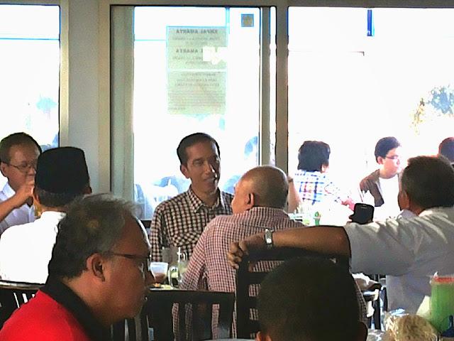 Bpk.JOKOWI makan Empal Gentong di RM Empal Gentong AMARTA Empal Asem alt