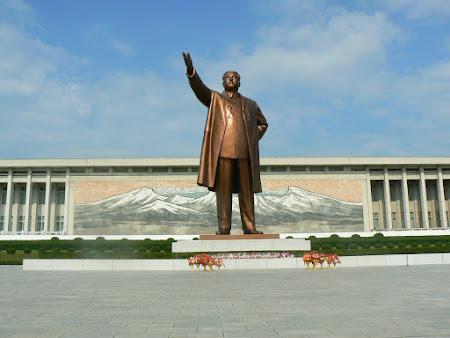 Tari sub dictatura: statuia lui Kim Ir Sen, Phenian, Coreea de Nord