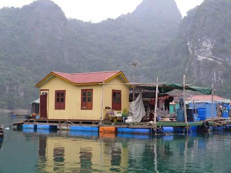 04. Sat plutitor - Halong Bay.JPG