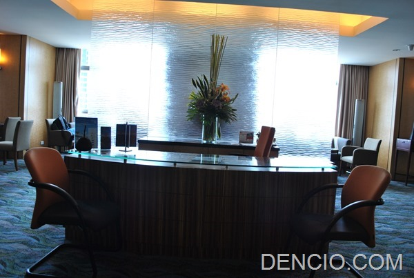 Crowne Plaza Galleria Club Lounge Access 03