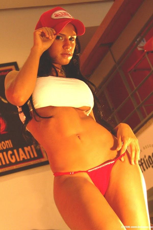 Andrea Rincon, Selena Spice Galeria 56 : Camiseta Blanca, Gorra Y Tanga Roja – Andrearincon.com