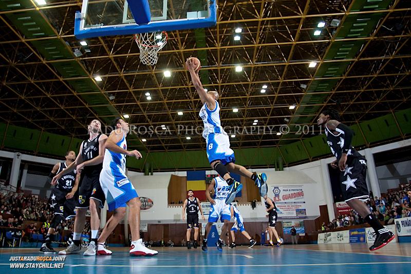 Jason Forte reuseste o recuperare defensiva  in timpul  partidei dintre BC Mures Tirgu Mures si U Mobitelco Cluj-Napoca din cadrul etapei a sasea la baschet masculin, disputat in data de 3 noiembrie 2011 in Sala Sporturilor din Tirgu Mures.