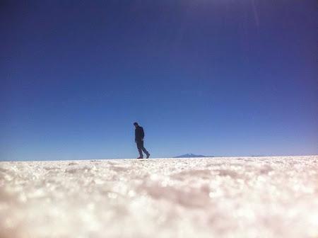 Doi romani si-un tricolor in jurul lumii: Stefan in desertul de sare Uyuni, Bolivia