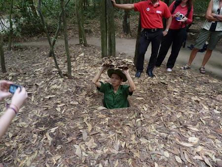179. tunel Cu chi - soldat vietnamez.JPG