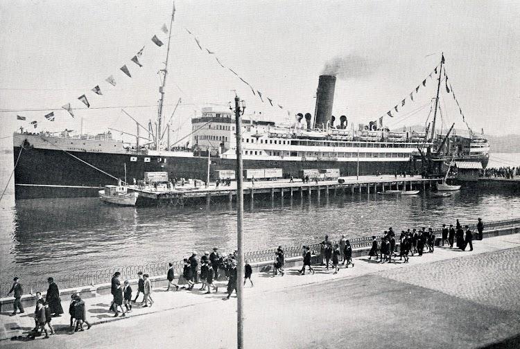 CRISTOBAL COLON atracado en el puerto de Vigo. Muelle de Trasatlánticos. Del libro MEMORIA SIOBRE EL ESTADO DE LAS OBRAS DEL PUERTO DE VIGO Y SUS AGRUPADOS. AÑO 1931.JPG