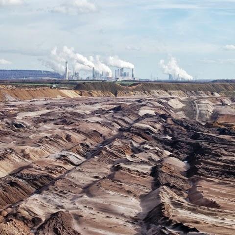 L'Allemagne reste dépendante du charbon, ici la mine de lignite de Garzweiler avec en arrière plan les centrales de Frimmersdorf et Neurath
