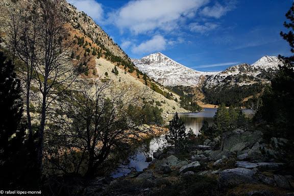 L'estany Llong. Al fons, el portarro d'Espot.Parc Nacional d'Aigues Tortes i Estany de Sant Maurici.La Vall de Boi, Alta Ribagorca, Lleida