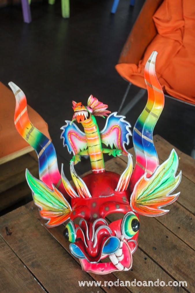 Mascaras típicas del ancestral Perú decoran las mesas. Se nota un parecido con los dragones chinos...