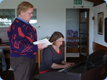 Mike Scott and Helen Smith duetting.  Photo courtesy of Dennis Lyons.