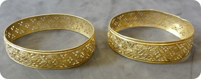 Hoxne_Hoard_two_gold_bracelets_side