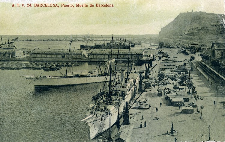 Esplendida foto del LULIO, al fondo, con el BELLVER en primer plano. Ambos buques de la Isleña Marítima. Hacia 1.910. POSTAL.JPG