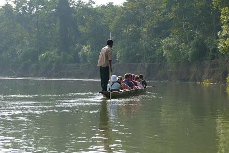 Imagini Nepal: canoe prin jungla Chitwan