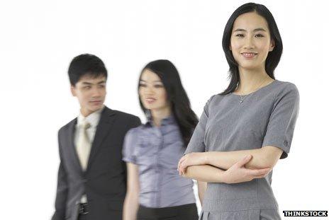 Молодые женщины и мужчина в Китае