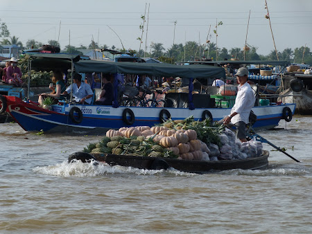 23. Piata Plutitoare Vietnam.JPG
