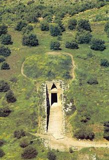 вид сверху на подземную сокровищницу агамемнона, инфразвуковой приемник древности