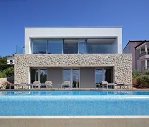 Azulejos en piscina de borde infinito