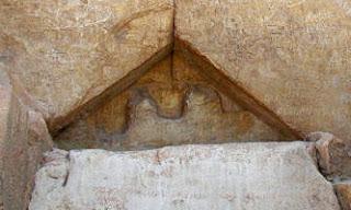 гребенка с надписью на санскрите над входом в пирамиду хеопса