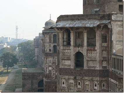 800px-Facades_along_the_walls_of_Lahore_Fort