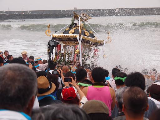 [写真]波打ち際でもばんばん波をかぶる神輿