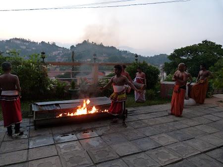 Dansuri Sri Lanka: cu picioarele goale pe foc