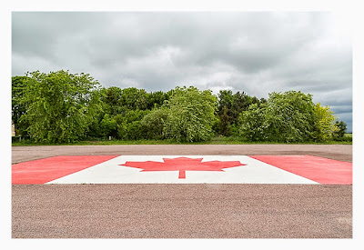 Östliche Landungsstrände - Beny sur Mer - Kanadische Flagge auf dem Parkplatz