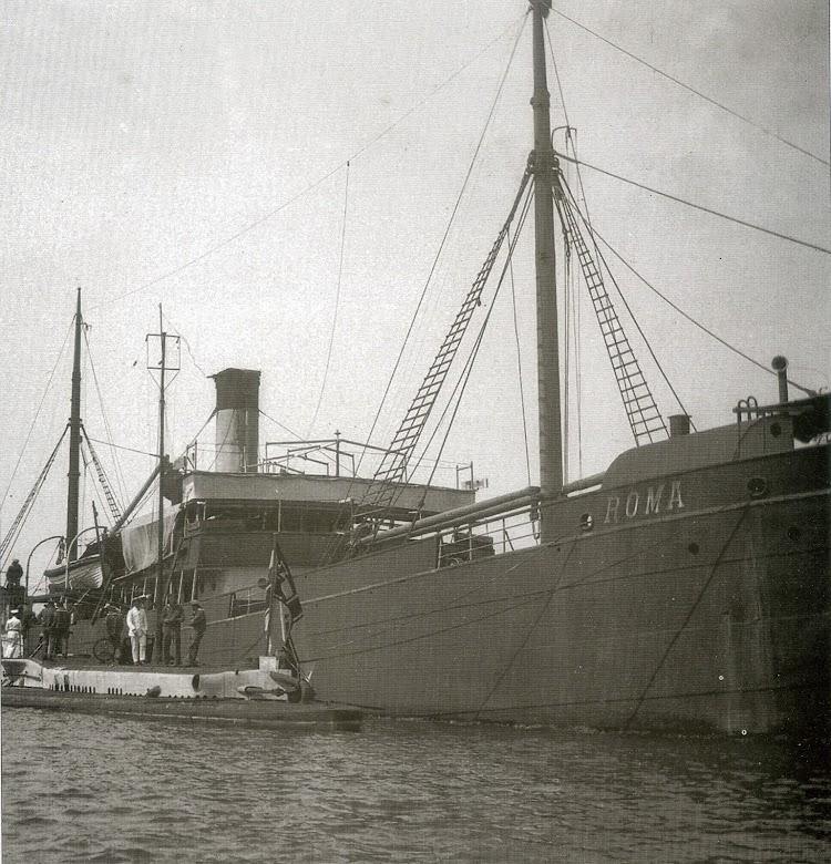 El ROMA en cartagena con el U-35 al costado. Foto del libro Tiburones de Acero.jpg