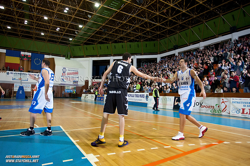 Jason Forte reuseste un slamdunk de 360 de grade in timpul  partidei dintre BC Mures Tirgu Mures si U Mobitelco Cluj-Napoca din cadrul etapei a sasea la baschet masculin, disputat in data de 3 noiembrie 2011 in Sala Sporturilor din Tirgu Mures.