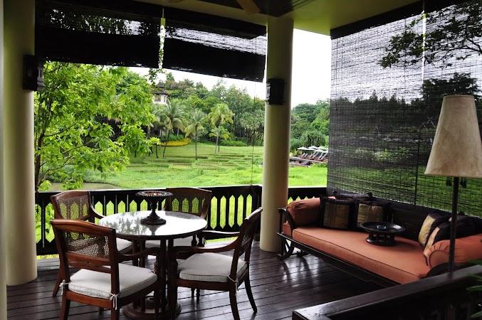 Imagini Thailanda: Terasa camerei de la Hotel Four Seasons Chiang Mai si piscina in departare, CHiang Mai, Thailanda