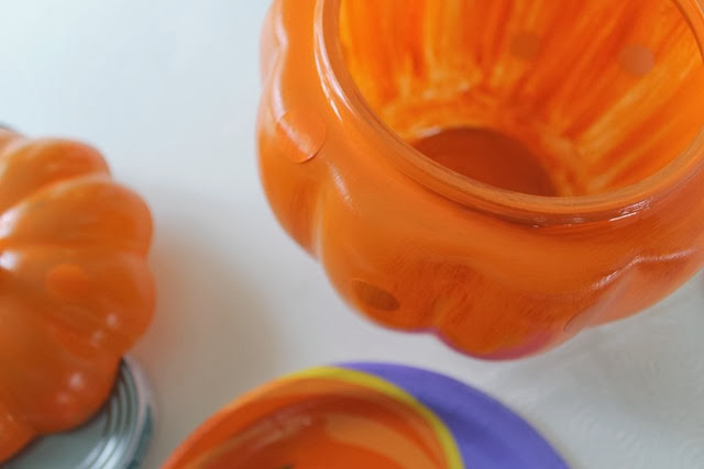 painting a glass pumpkin for Halloween #tutorial #decoart #spon