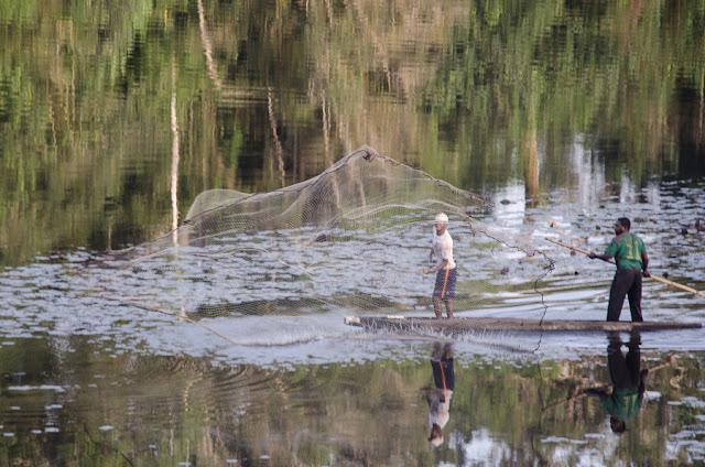Pêche à l'épervier sur la Nyong. Ebogo (Cameroun), 28 avril 2013. Photo : C. Basset