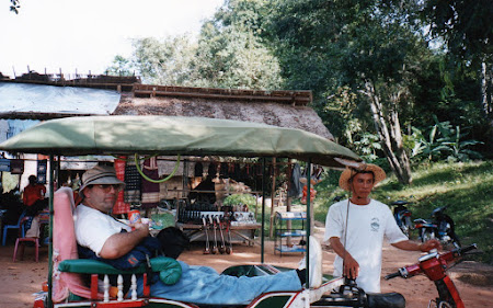 Obiective turistice Cambogia: tuk tuk Angkor Wat