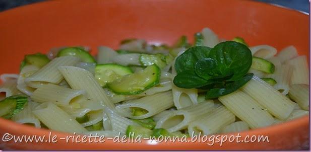 Penne vegan con zucchine, cipollotto fresco e menta (7)