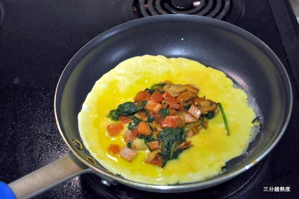7. 在蛋餅到達全熟的中間,加入先前準備的食材。