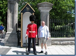 6399 Ottawa 1 Sussex Dr - Rideau Hall - Ceremonial Guard (and Bill) peforming sentry duty