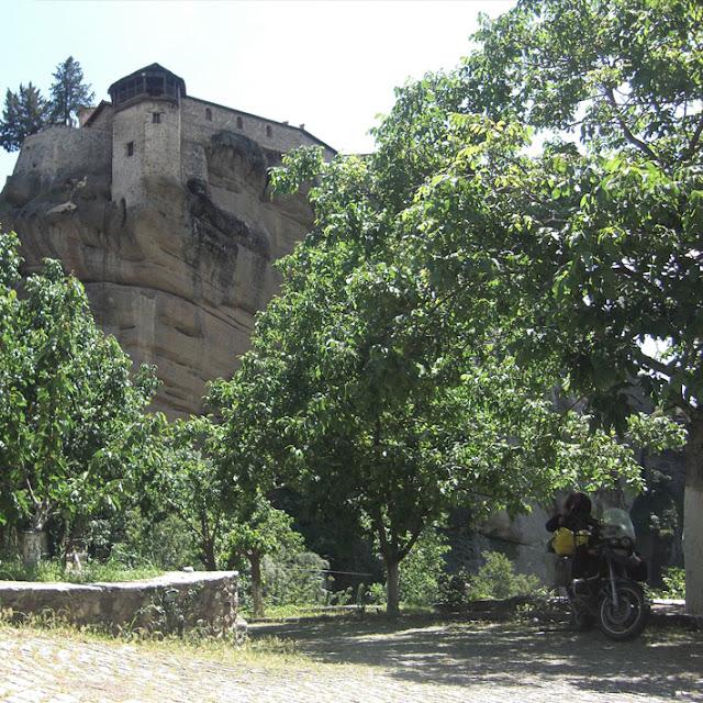 2 - בתוך החצר הפימית של אחד ממנזרי מטאורה.jpg