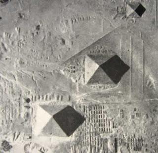снимок с воздуха на котором видна вогнутость граней египетских пирамид